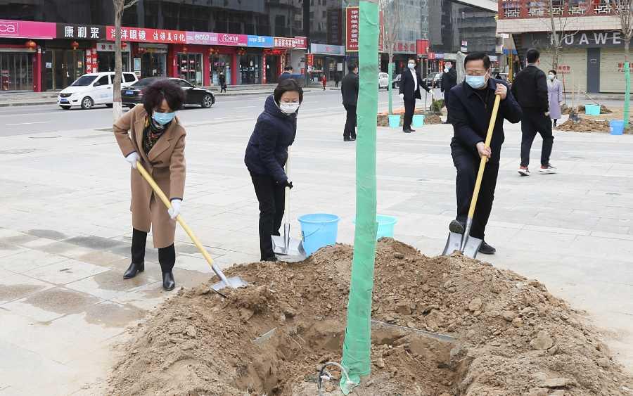 吴起县主要领导开展义务植树公益活动